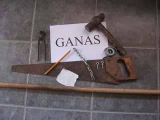 Necesitarás: Ganas!, un palo de escoba, cinta métrica, lápiz, serrucho, martillo, tenaza, un trozo de lija, una cadena pequeña (20 a 22cm), 2 eslabones