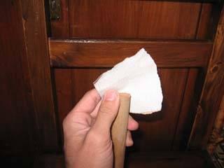 Toma el papel de lija y desgasta los bordes de los palos para que no queden filosos o con astillas