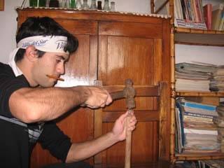 Clava un eslabón en el extremo de cada uno de los palos usando el martillo